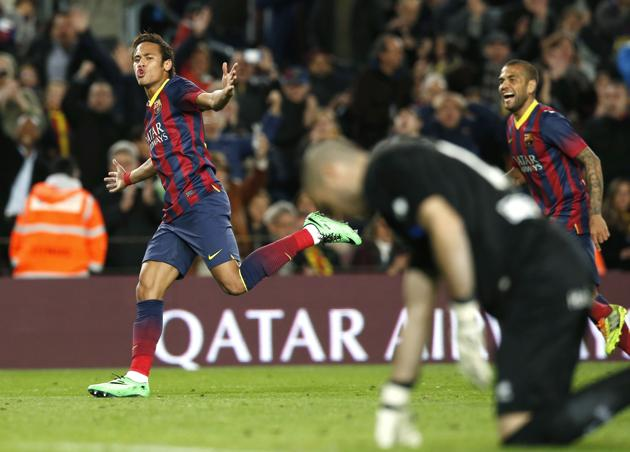 Barcelona's Neymar (L) and Dani Alves (R) celebrate a goal against Rayo Vallecano's goalkeeper Ruben Martinez during their Spanish first division soccer match at Camp Nou stadium in Barcelona February 15, 2014. REUTERS/Albert Gea